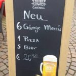 Geiler werben mit dem Kundenstopper Pizza Menü. Web Texte von der Strasse