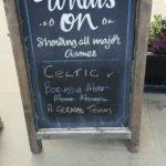 Kundenstopper vor einem schottischen Pub
